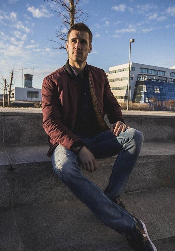 Stylizacja nr 195 - kurtka bomberka, elegancka koszula męska, spodnie jeansowe, buty