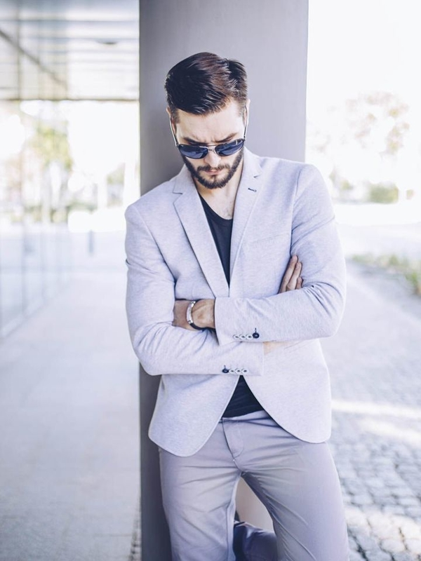 Stylizacja nr 255 - okulary przeciwsłoneczne, bransoletka marynarka casualowa, T-shirt bez nadruku, spodnie chinosy