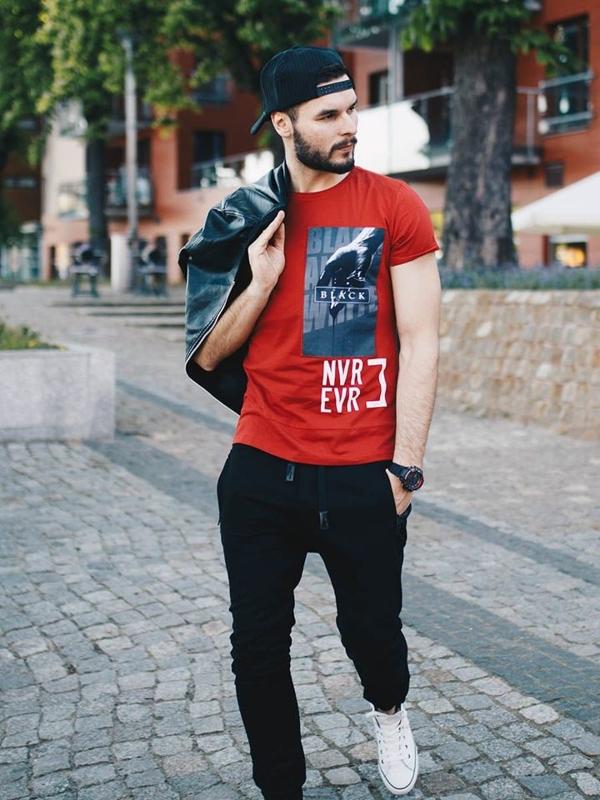 Stylizacja nr 258 - czapka z daszkiem, zegarek, kurtka skórzana, T-shirt z nadrukiem, spodnie joggery, trampki