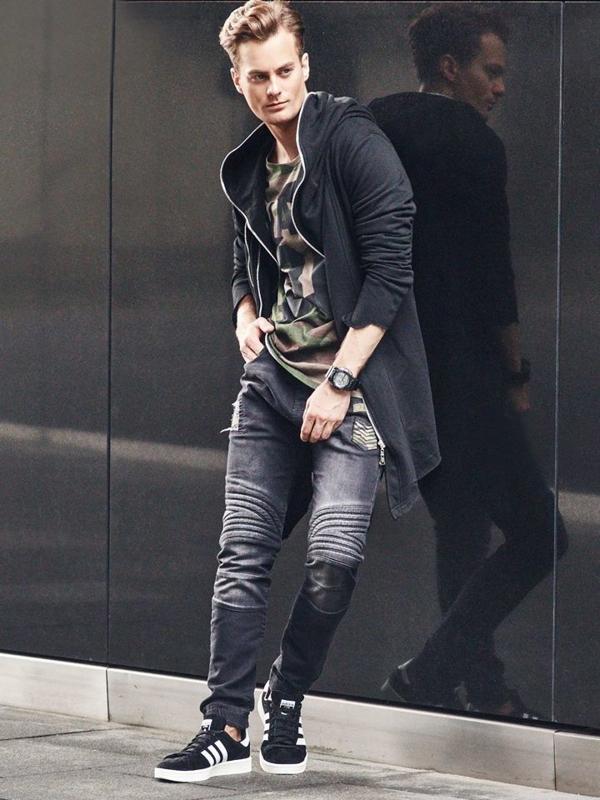 Stylizacja nr 310 - zegarek, bluza z kapturem, longsleeve z nadrukiem, jeansowe joggery