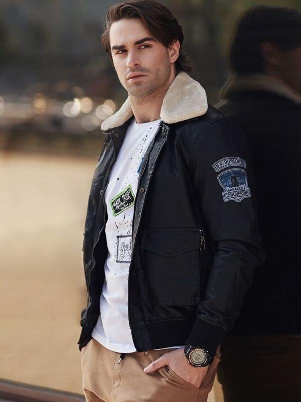 Stylizacja nr 338 - zegarek, kurtka pilotka, longsleeve z nadrukiem, spodnie joggery