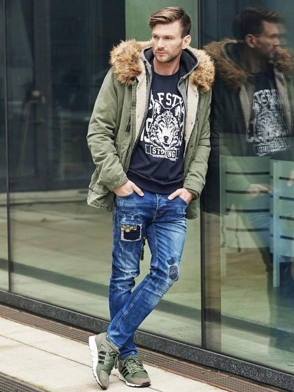 Stylizacja nr 342 - zegarek, kurtka zimowa parka, bluza z nadrukiem, spodnie jeansowe