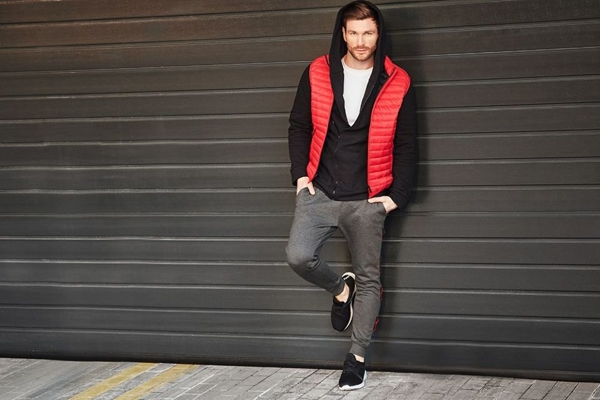 Stylizacja nr 427- kamizelka, bluza z kapturem, T-shirt bez nadruku, buty sportowe