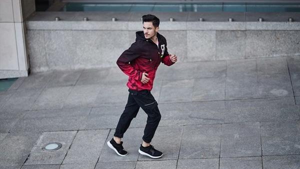 Stylizacja nr 432- Bluza z kapturem, spodnie joggery, buty sportowe