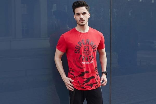 Stylizacja nr 436- T-shirt z nadrukiem, spodnie dresowe joggery, zegarek