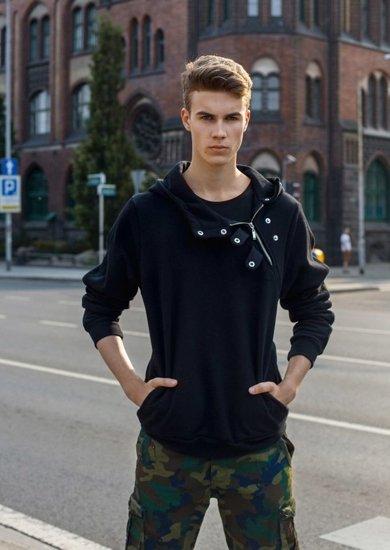 Stylizacja nr 2 - bluza z kapturem, T-shirt, krótkie spodenki