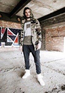 Stylizacja nr 183 - bluza z kapturem, T-shirt z nadrukiem, spodnie baggy, buty sneakersy