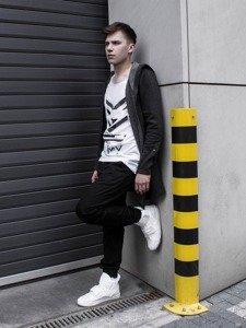 Stylizacja nr 231 - bluza z kapturem, T-shirt z nadrukiem, spodnie baggy, buty sneakersy